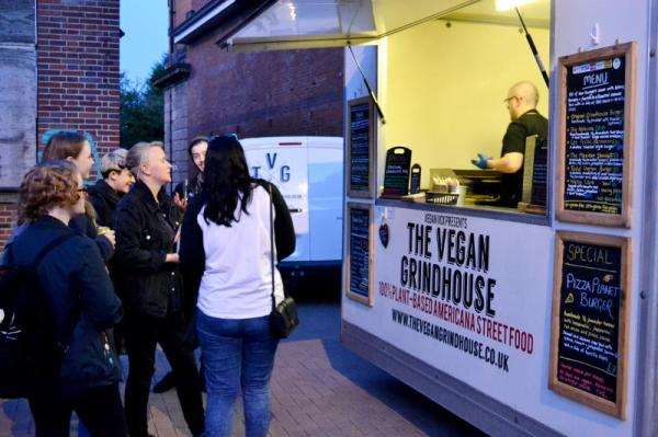 2016_stirchley_market_october_vegan_grindhouse_evening_800